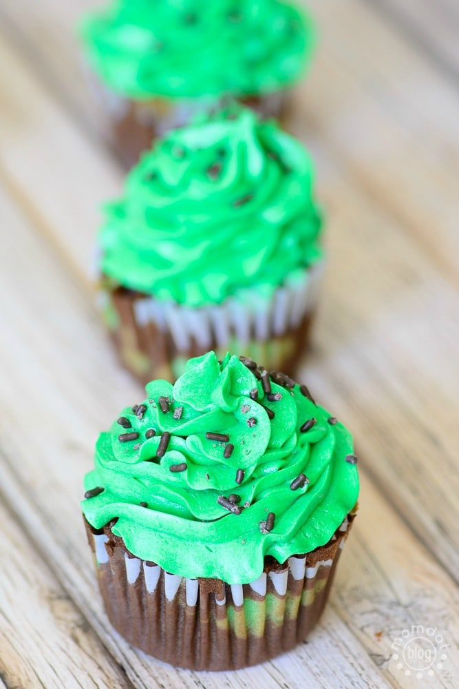 how to make tie dye and camo cupcakes, perfect for a fun exciting party