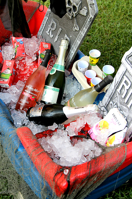 Repurpose your wagon: Drinking station for Halloween Party