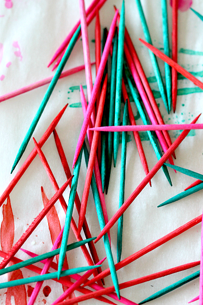 how to dye toothpicks for a quick and easy food decoration, learn more at www.momdot.com