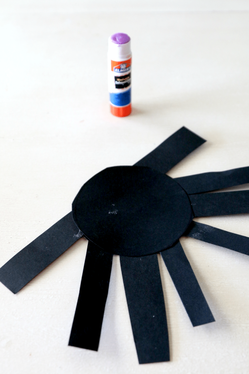 Create paper spider, perfect fun craft for preschool kids, you can also hang up!