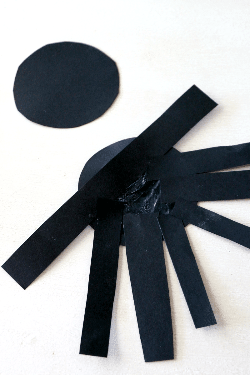 Create paper spider, perfect fun craft for preschool kids, you can also hang up! Halloween Crafting