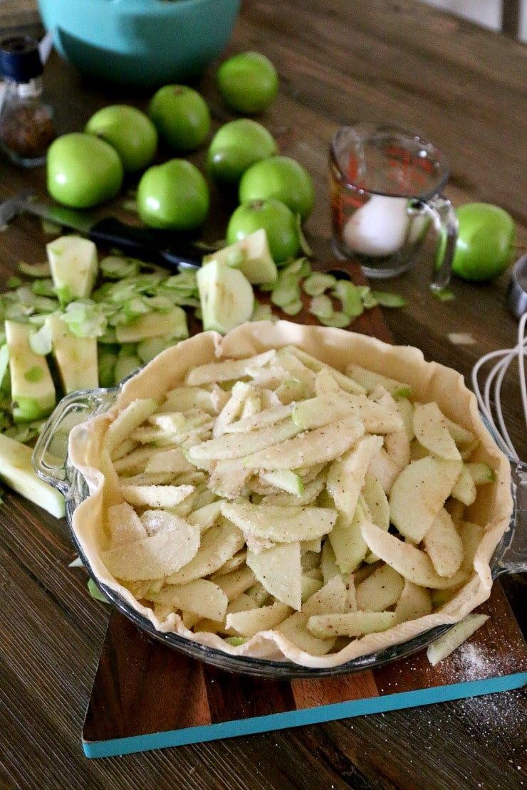 Best Apple Pie Recipe, serve with caramel and vanilla ice cream, get a step by step easy pie recipe for holidays