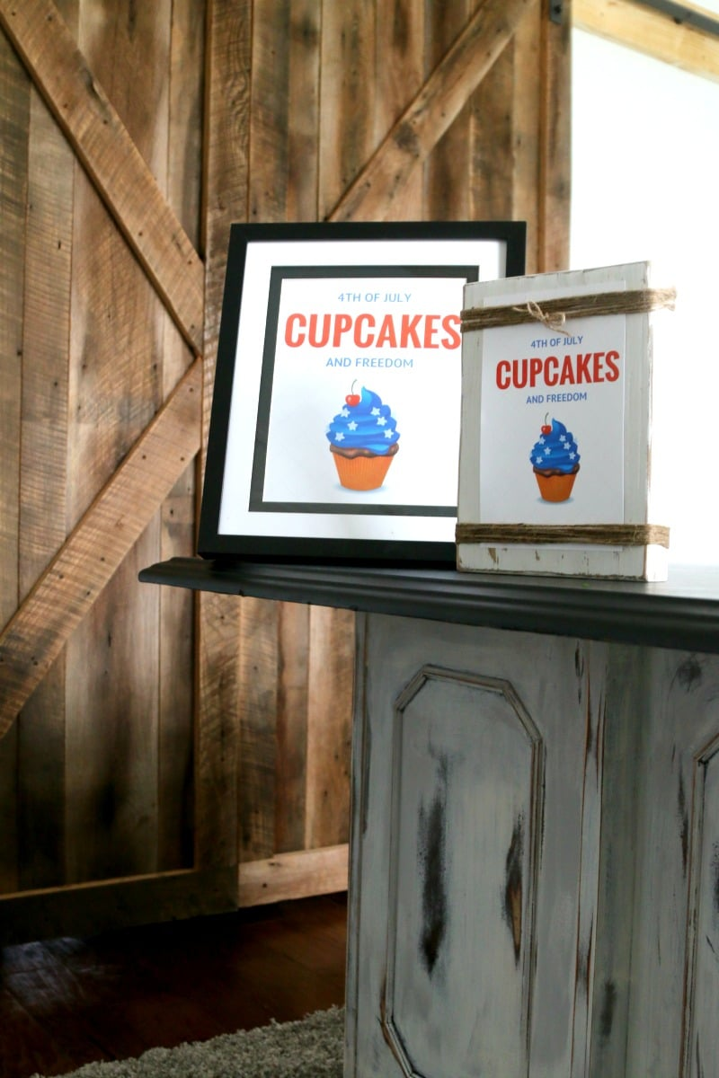 July 4th Free Printable: Cupcakes and Freedom, Perfect to decorate your July 4th Dessert table this year, just print the size you need and frame. Download PDF free here!