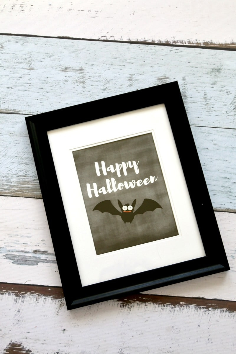 Happy Halloween Printable : Free Happy Halloween (with bat!) Chalkboard printable, simple print and frame for instant holiday decor. I love printables!