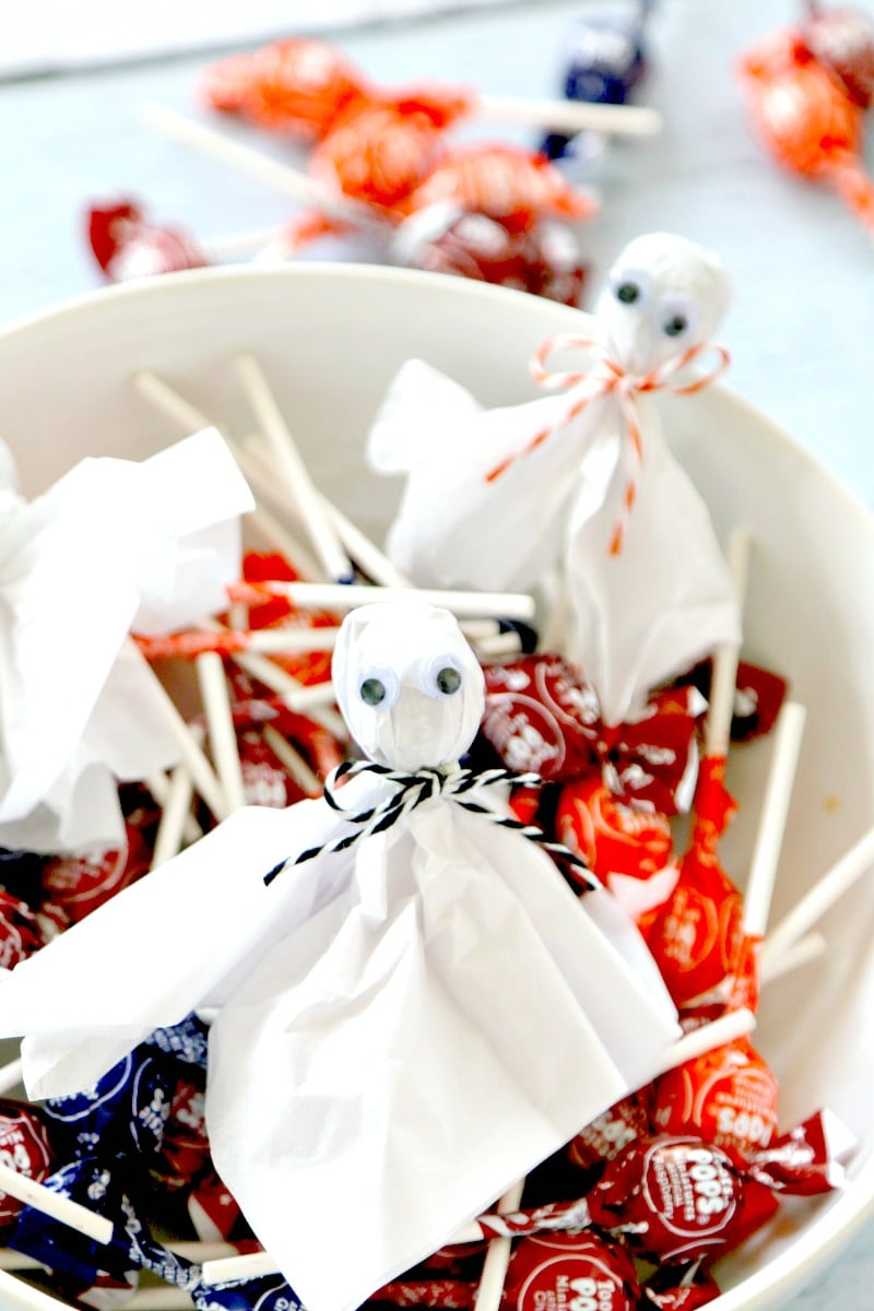 Lollipop Ghost Craft Tutorial - Make Lollypop (Lollipop) Ghosts to pass out for Halloween in this easy Child friendly DIY tutorial for Halloween, great for classroom parties