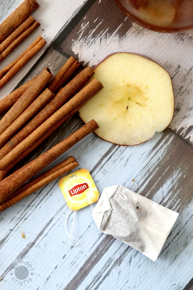 Autumn Apple Tea Recipe: A delicious and refreshing way to enjoy a fall tea with a touch of apples, cinnamon, and brown sugar. SO EASY to make (and enjoy!)