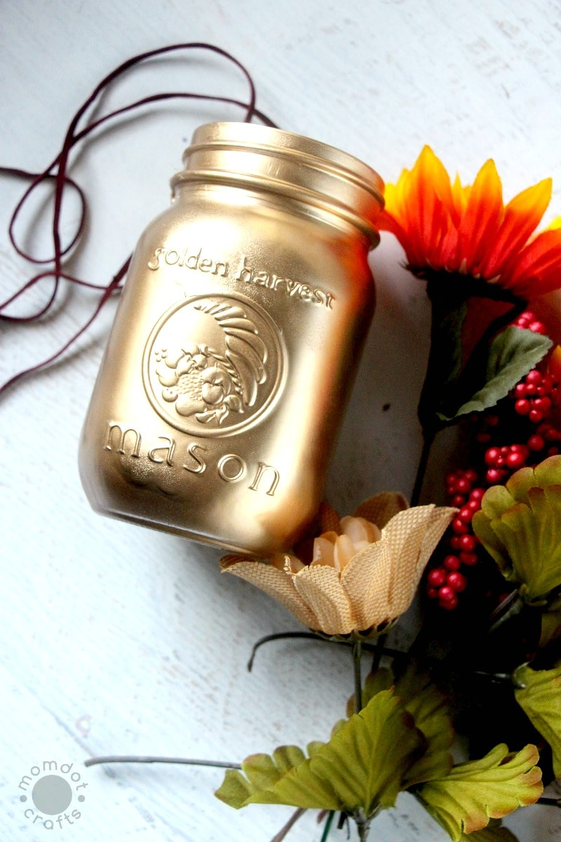 Gold painted mason jars with Spray Paint (DIY)
