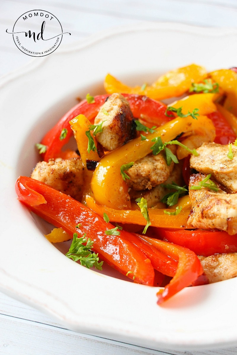 Delicious simple chicken fajita recipe! In under 20 minutes, these perfectly seasoned chickens pair well with veggies for a dinner everyone will love. Without shell, carb free and 21 day fix approved