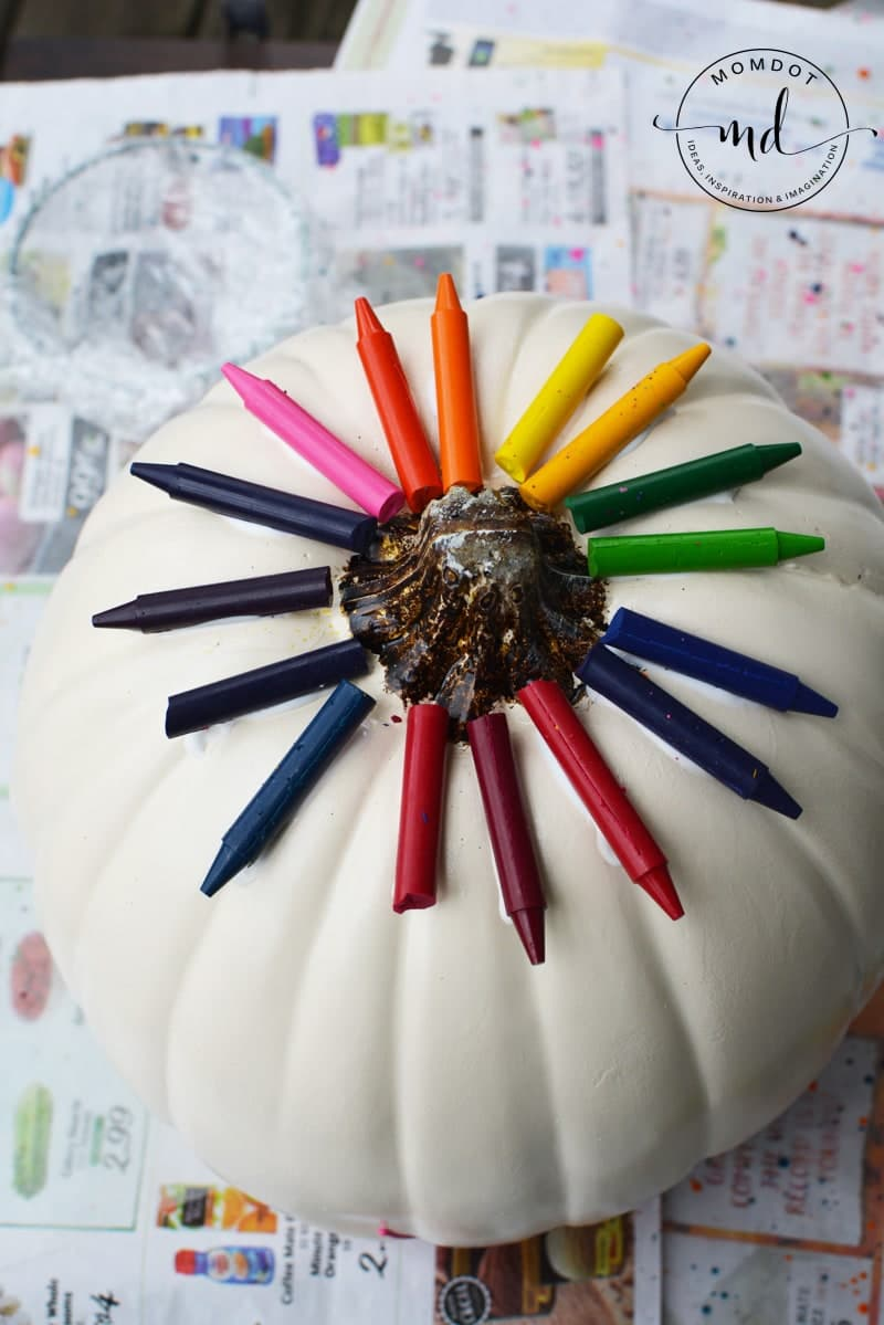 Melting Crayons Pumpkin Tutorial #pumpkins #halloween2017 #halloween #crayons #kidscrafts #halloweenpumpkin #DIY #howto #tutorial