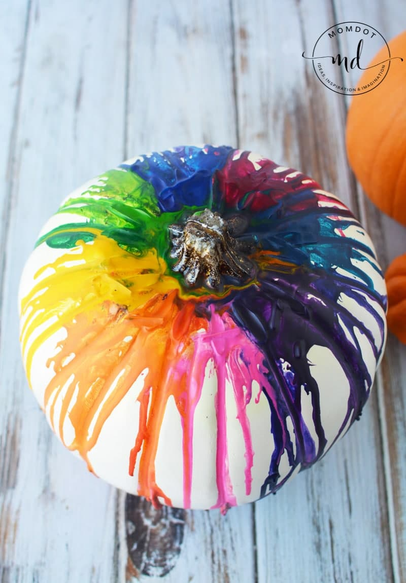 Melting Crayons Pumpkin Tutorial #pumpkins #halloween2017 #halloween #crayons #kidscrafts #halloweenpumpkin #DIY #howto #tutorial