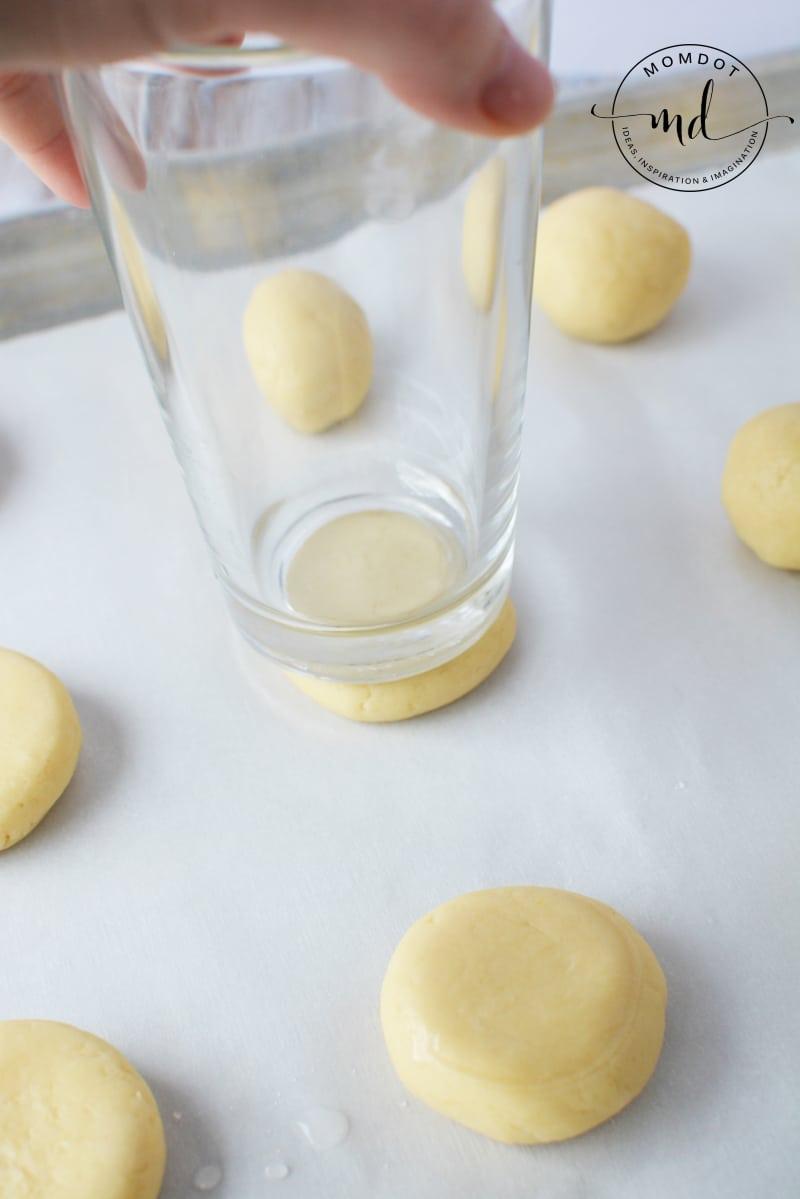 flatten cookies with cup